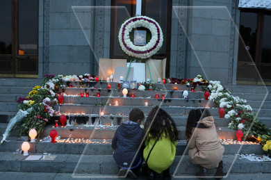 Armenians light candles to honor late ballet dancer Vahagn Margaryan