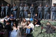 К сидячему пикету присоединились проводящие забастовку студенты