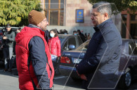 Artur Vanetsyan visits citizens on hunger strike