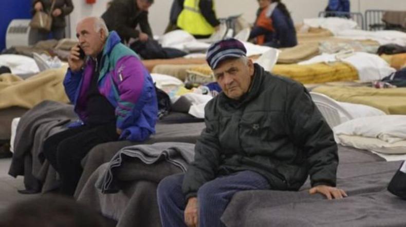 После землетрясения тысячи жителей Италии вынуждены были проводить ночь в походных условиях