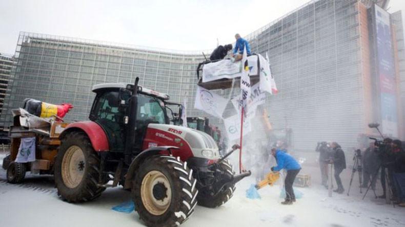 Протестующие фермеры распылили тонны сухого молока над штаб-квартирой Евросоюза