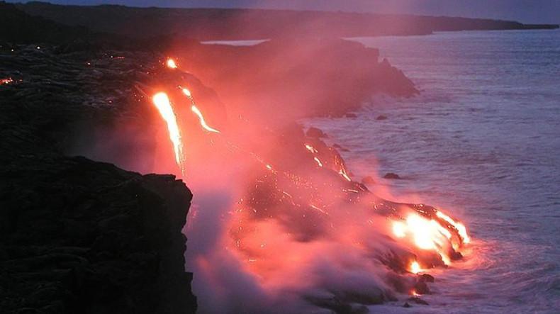 Уникальные кадры: Вулканическая бомба попала в судно с туристами (ВИДЕО)