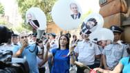 Բաղրամյան 26-ի դիմաց ՀՀ նախագահի, վարչապետի,  ԱԺ նախագահի նկարներով փուչիկներ պայթացրեցին