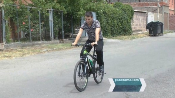 Serviceman who has lost his leg during war, can walk and ride a bike now