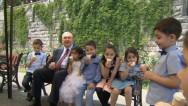 Երեխաները պաղպաղակ են ուտում երկրի նախագահի հետ
